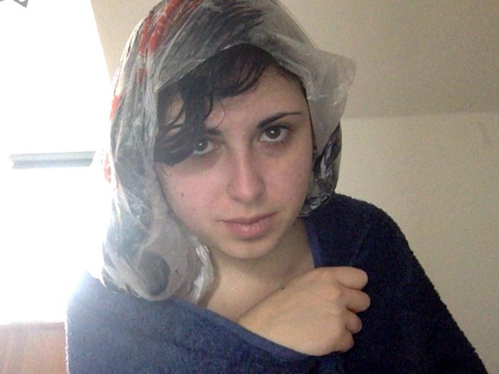 После нанесения маски на волосы необходимо одеть шапочку или использовать полиэтиленовый пакет
