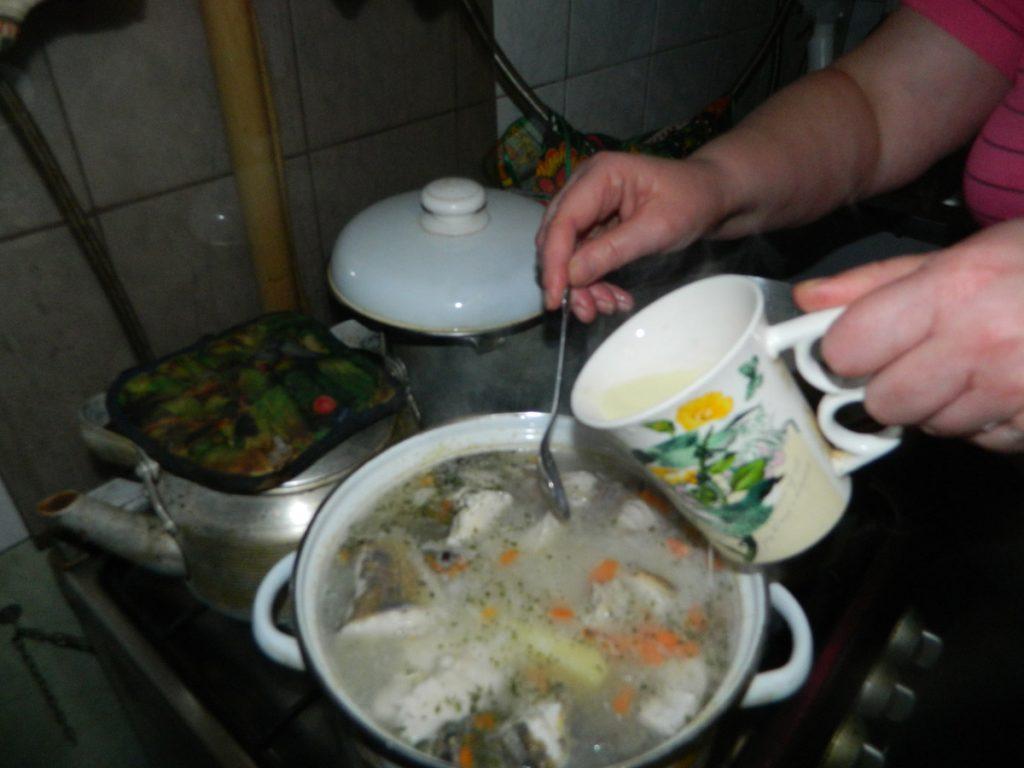 Добавляем в кастрюлю с супом