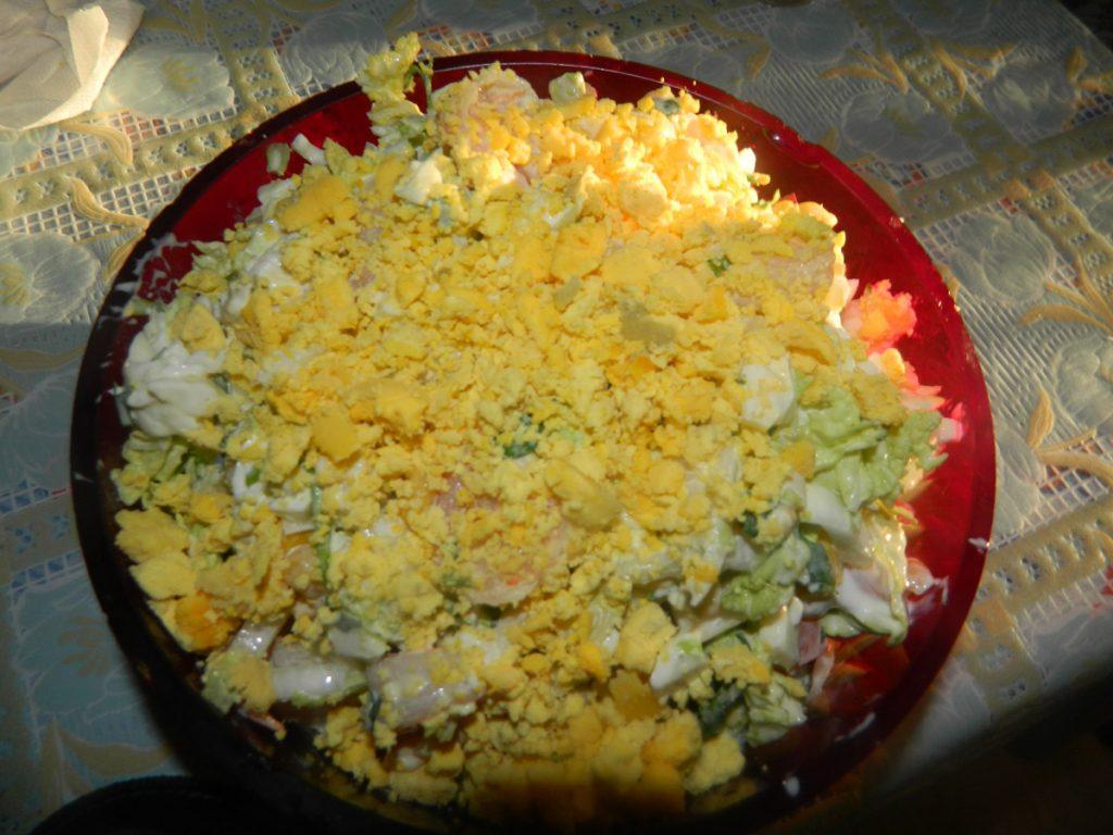 Посыпаем крошкой из желтка яиц