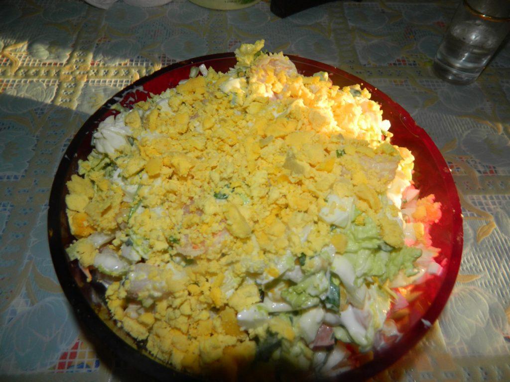 Готовый салат с королевскими креветками и капустой
